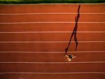 Tiré d'une jeune formation masculine d'athlète sur une voie de course images stock