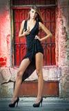 Tiré d'une pose sexy de femme de mode élevée extérieure photographie stock libre de droits