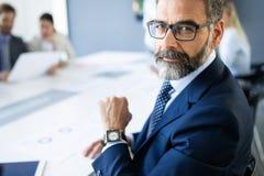 Tiré de l'homme d'affaires financier de pensée de conseiller travaillant dans le bureau photo stock
