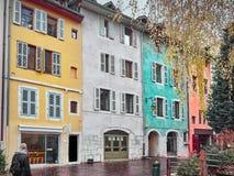 Tiré de quelques maisons colorées à Annecy image stock