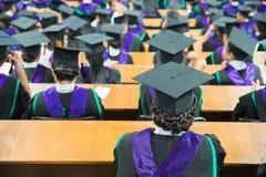 Tiré des capuchons de graduation pendant le commencement photographie stock
