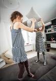 Tiré des filles combattant avec des oreillers Image stock