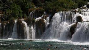 Tiré des personnes nageant sous la cascade en parc national de Krka banque de vidéos