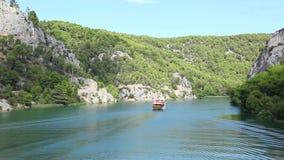 Tiré du bateau passant par sur la rivière-Croa de Krka banque de vidéos