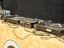 Tiré du consolle du ` s du DJ au marché est image stock