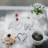 Tiré du petit pain anglais et du café frais pour breakfest pour l'amant Photos stock