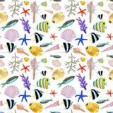 Tiré par la main dans l'élément naturel du monde de mer d'aquarelle Modèle seemless de poissons de récif coralien sur le fond bla illustration stock