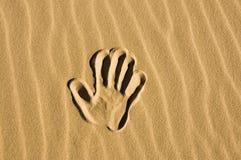Tiré par la main dans le sable Image libre de droits