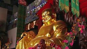 Tiré toujours sur la statue d'or de Bouddha dans le temple chinois banque de vidéos