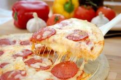 Tirón de la pizza Foto de archivo libre de regalías