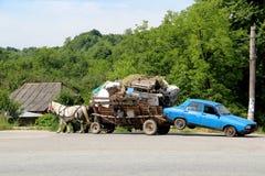 Tirón del carro un coche Fotos de archivo libres de regalías