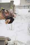 Tirón del salto del parkour del entrenamiento del individuo del pelo rubio del adolescente en el parque nevado Imagen de archivo libre de regalías