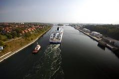 Tirón y barco de cruceros imagen de archivo libre de regalías