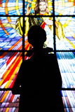 Tir éditorial de mode dans l'église chrétienne Pose modèle de beaux cheveux bruns de chemise Photos stock