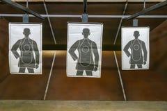 Tir étroit de cibles de la chaîne trois d'arme à feu Images libres de droits