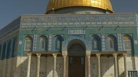 Tir étroit du dôme de la mosquée de roche à Jérusalem clips vidéos