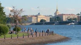 Tir étroit du remblai de la rivière de Neva, du pont de palais et de l'Amirauté Photo stock