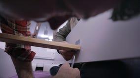 Tir étroit du vissage sur la base du lit clips vidéos