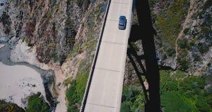Tir aérien atmosphérique de vue supérieure de pont célèbre de crique de Bixby sans le trafic sur la route 1, point de repère icon banque de vidéos