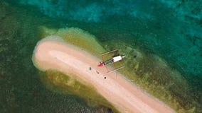 Tir aérien au-dessus d'un banc de sable naturellement créé par le supertyphoon Haiyan banque de vidéos