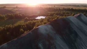 Tir aérien au-dessus de la montagne au temps de coucher du soleil vol 4K banque de vidéos