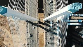 Tir aérien au-dessus de la structure de couvre-câbles, entraînement de voitures au-dessus du pont banque de vidéos