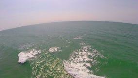 Tir aérien au-dessus de vaste océan banque de vidéos