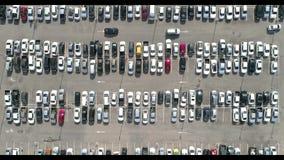 Tir aérien au-dessus des véhicules au parking de centre commercial, vue courbe regardant directement vers le bas banque de vidéos