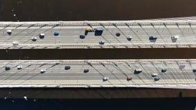 Tir aérien au-dessus du pont câble-resté, le trafic de l'entraînement de voitures au-dessus de l'eau banque de vidéos