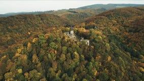 Tir aérien : Automne incroyable dans les ruines d'un château antique banque de vidéos