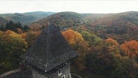 Tir aérien : Automne incroyable et ruines d'un château antique banque de vidéos