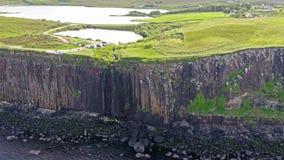 Tir aérien cinématographique du littoral dramatique aux falaises près de la cascade célèbre de roche de kilt, Skye clips vidéos