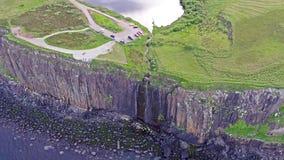 Tir aérien cinématographique du littoral dramatique aux falaises près de la cascade célèbre de roche de kilt, Skye banque de vidéos
