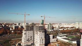 Tir aérien : construction de l'immeuble au grand centre de la ville banque de vidéos