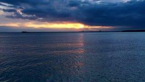 Tir aérien coucher du soleil d'océan tropical, mer - mouche au-dessus d'océan Hyperlapse banque de vidéos