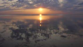 Tir aérien coucher du soleil d'océan tropical, mer - mouche au-dessus d'océan 4K banque de vidéos