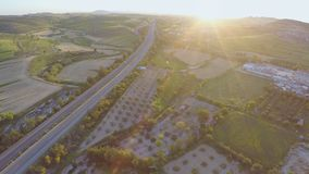 Tir aérien d'autoroute nationale moderne Vue supérieure de paysage vert fantastique clips vidéos