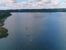 Tir aérien d'un kayak et d'un bateau sur le lac en automne clips vidéos