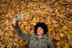 Tir aérien d'une femme cliquant sur le selfie Images stock