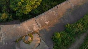 Tir aérien d'une jeune femme courant sur une vieille 1ère forteresse de guerre mondiale pendant le coucher du soleil, lever de so banque de vidéos