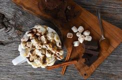 Tir aérien d'une tasse de cacao chaud avec du Ne grillé de guimauves photographie stock libre de droits