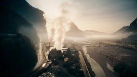Tir aérien d'usine polluant l'air en River Valley banque de vidéos
