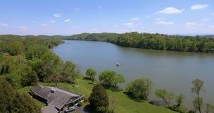 Tir aérien de banlieue américaine Maisons suburbaines de bord de l'eau à Knoxville Etats-Unis 4k banque de vidéos