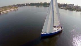 Tir aérien de bel yacht de navigation sur la rivière, faisant de la navigation de plaisance, sport banque de vidéos