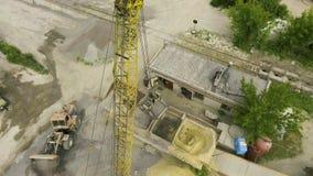 Tir aérien de blocaille de chargement de griffe de grue dans le convoyeur à l'usine concrète banque de vidéos