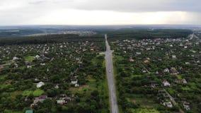 Tir aérien de bourdon d'une vue satellite de carrefours suburbains de village clips vidéos
