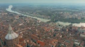 Tir aérien de cathédrale de Pavie de Di de Duomo et le pont de Ponte Coperto dans le paysage urbain de Pavie, Italie banque de vidéos