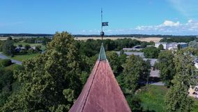Tir aérien de Dron de l'église luthérienne Aizpute de Cirava et de château de manoir banque de vidéos