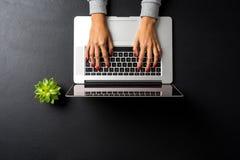 Tir aérien de femme travaillant sur l'ordinateur portable photo libre de droits