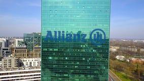 Tir aérien de gratte-ciel de bureau avec le logo d'Allianz Immeuble de bureaux moderne Rendu 3D éditorial Images libres de droits